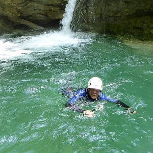 Nage dans le canyon des Écouges, près de Grenoble.