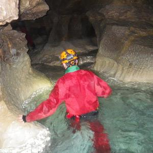 Découverte de la spéléologie : une rivière souterraine dans le Vercors